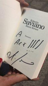 Roberto Saviano presenta bacio feroce alla Feltrinelli di Genova